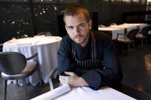 David Muñoz en ena de las mesas del comedor (Original diario Ideal)